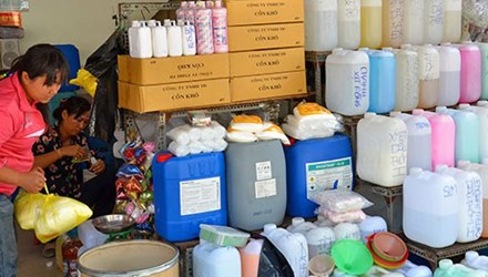 Hàng loạt hóa chất công nghiệp độc hại được bán tràn lan với số lượng lớn trên địa bàn TP HCM