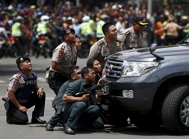 Cảnh sát Indonesia có mặt tại hiện trường vụ nổ. Ảnh: Reuters