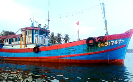 Tàu QNa 91747 đang neo đậu tại âu thuyền An Hòa