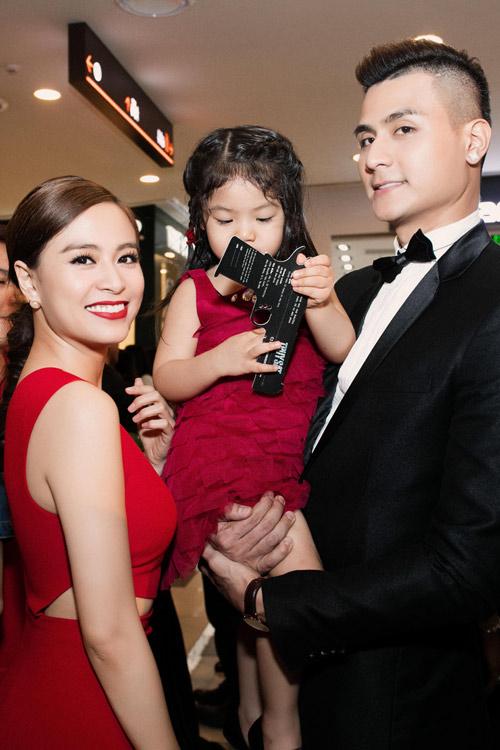 Hoàng Thùy Linh cùng Vĩnh Thụy chụp ảnh bên cháu gái của nam diễn viên.