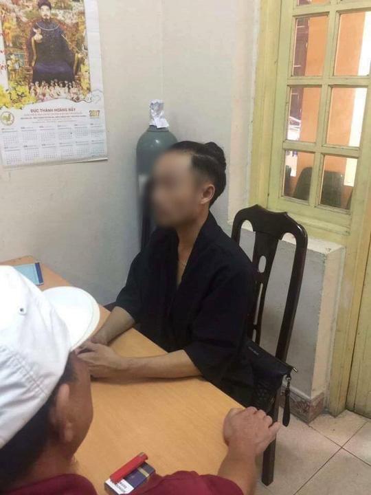 Chủ viện tóc với chiêu trò PR 'bẩn' nhận cô bán trà đá làm mẹ, hứa đền bù 15 triệu