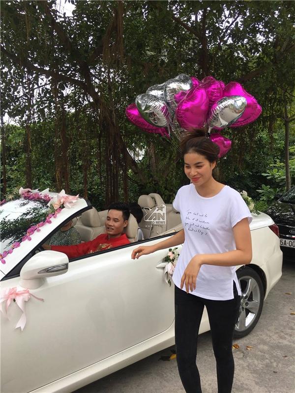 Phạm Hương ăn diện cực đơn giản trong đám cưới của em trai.