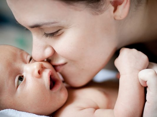 Bạn sẽ không muốn người lạ âu yếm quá mức hoặc thoải mái chạm vào con sau khi đọc bài viết này!