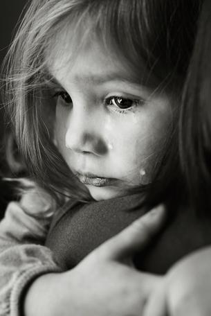 Trẻ có nguy cơ bị tự kỉ, trầm cảm nếu mẹ vừa xem điện thoại vừa cho con bú