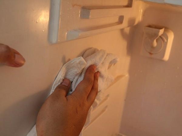Đây là cách vệ sinh tủ lạnh khiến 'bẩn' càng thêm 'bẩn' hầu như gia đình nào cũng mắc phải