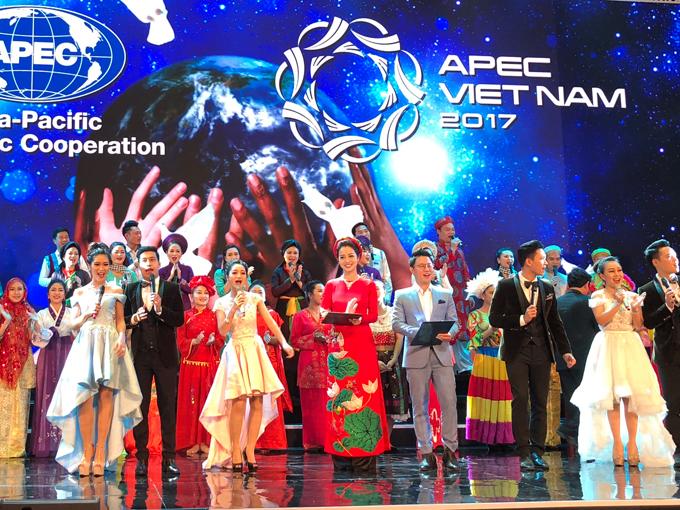 Jennifer Phạm đẹp rạng rỡ khi làm MC trong tiệc chiêu đãi APEC