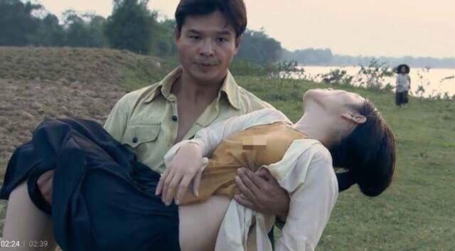 Diễn viên nữ phim 'Thương nhớ ở ai' mặc áo yếm ''thả rông'' vòng một, đạo diễn nói gì?