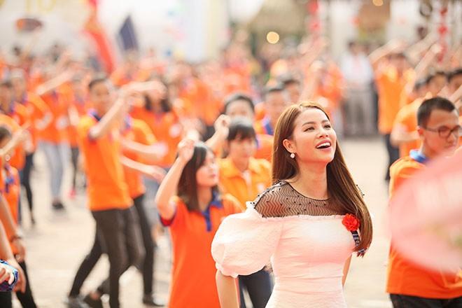Hoa hậu Phạm Hương rạng rỡ nhảy Flashmob cùng 1000 sinh viên tại Hà Nội