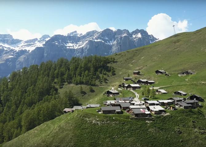 Kỳ lạ ngôi làng 'độc nhất vô nhị' cấp tiền cho ai đến sống