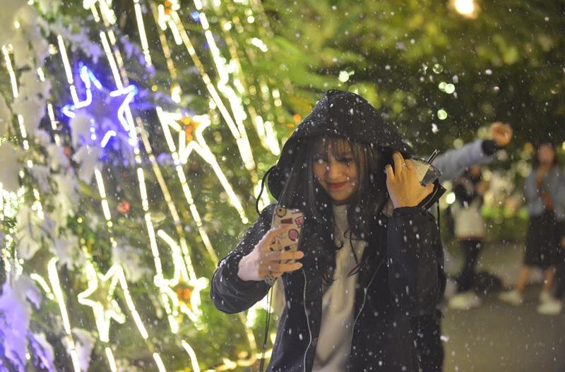 Giáng sinh đón mưa tuyết trắng như mùa đông Châu Âu ngay giữa lòng Hà Nội