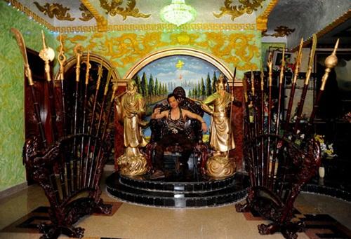 'Đột nhập' dinh thự kỳ quái nhất showbiz của 'ông hoàng nhạc sến' Ngọc Sơn