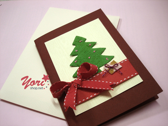 Thiệp giáng sinh  Thiệp Giáng sinh là món quà tặng đơn giản nhất gửi đến người yêu thương. Trong thiệp, bạn có thể ghi lại những lời chúc theo ý mình hoặc những cảm xúc mà mình muốn gửi gắm. Nếu không muốn mua, bạn có thể tự tay sáng tạo ra một tấm thiệp mang đậm dấu ấn cá nhân.  Gối ôm Giáng sinh  Gối ôm Giáng sinh với những họa tiết Noel xinh xắn, đáng yêu. Gối ôm rất thích hợp cho bạn tựa lưng khi ngồi mỏi hoặc để ôm vào lòng những lúc ngồi trò chuyện cùng bạn bè người thân.  Hai màu trắng, đỏ luôn luôn là những màu chủ đạo của những món quà trong dịp Giáng sinh… Đặc biệt trên thân gối còn có in hình họa tiết hình gấu hay hình ông già Noel với chiếc nón len vô cùng dễ thương.