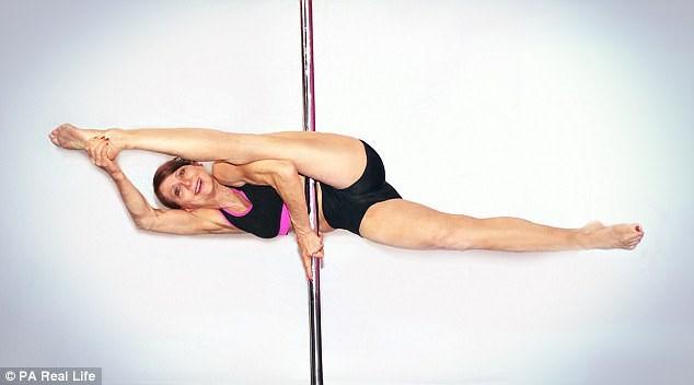 Cụ bà gần 70 tuổi múa cột khiến thiếu nữ cũng phải