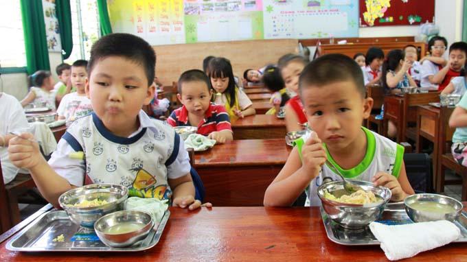 Ăn bớt thức ăn của trẻ