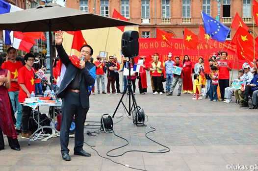 GS Nguyễn Tiến Dũng phát biểu tại cuộc biểu tình