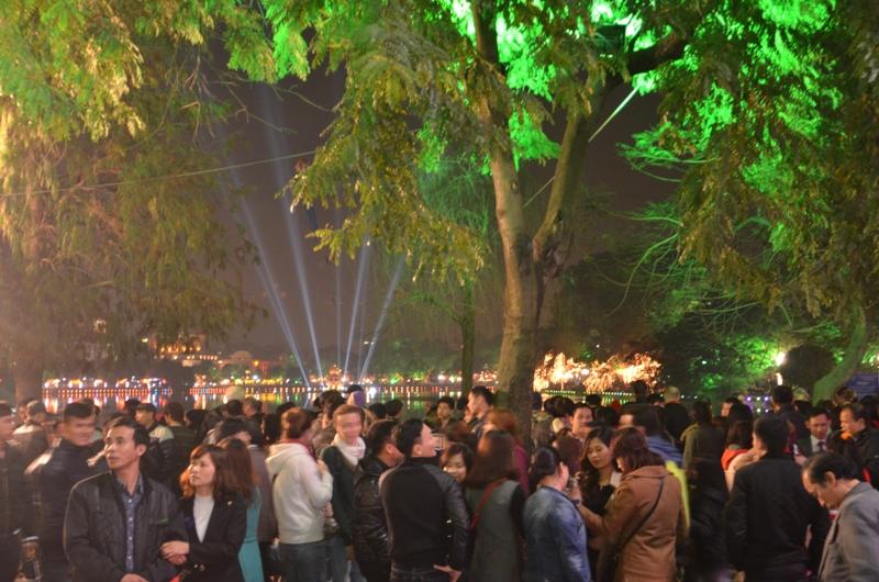 Đêm Giao thừa, người dân khắp nơi đổ về Bờ Hồ, Hà Nội