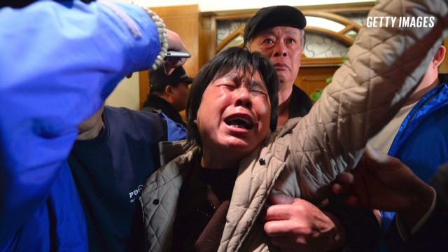 Thân nhân hành khách chuyến bay MH370 đau đớn khi nghe tin máy bay đã rơi xuống biển