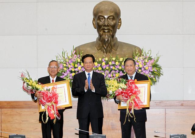 Thủ tướng trao huân chương Hồ Chí Minh cho 2 Phó Thủ tướng