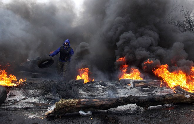 tin mới nhất Ucraina: Người biểu tình đốt lốp xe chuẩn bị đối phó với lực lượng cảnh sát đặc nhiệm tại Slavyansk ngày 13/4. (Nguồn: AFP/TTXVN)