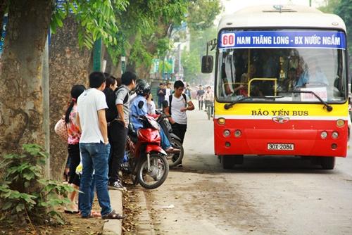 Xe buýt phải...tránh xe ôm