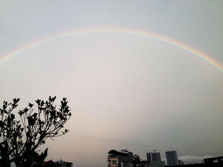 Sau trận mưa lớn cầu vồng xuất hiện với nhiều màu sắc sặc sỡ