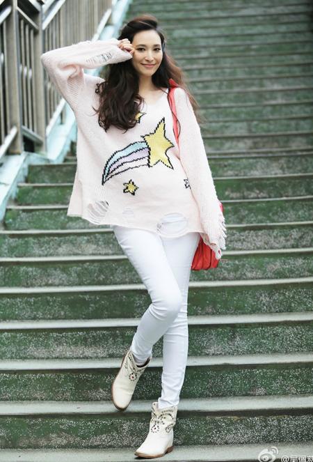 Dù mang bầu, Ngô Bội Từ vẫn mang đến vẻ tươi trẻ, khỏe khoắn nhờ áo thụng họa tiết sao sáng màu.