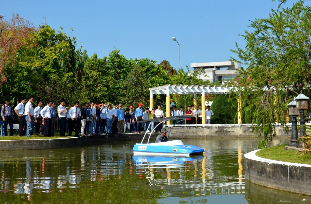 Sinh viên ĐH BK Đà Nẵng Nghiên cứu thiết kế, chế tạo tàu du lịch hai thân hai chỗ ngồi, bằng vật liệu composite, sử dụng năng lượng mặt trời