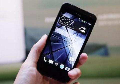 HTC Desire 300 giá 4,9 triệu đồng: Với kích thước màn hình là 4.3 inch, người dùng khá dễ dàng khi thao tác trên chiếc điện thoại này. Mặc dù độ phân giải chỉ có 480x800 pixel nhưng chất lượng hình ảnh và màu sắc vẫn khá tốt, khả năng trình chiếu video của Desire 300 cũng ở mức chấp nhận được.