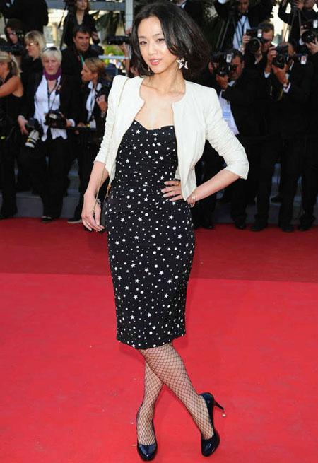 Thang Duy chọn hoa tai hình sao lớn kết hợp cùng bộ váy, khi tham gia Liên hoan phim Cannes.