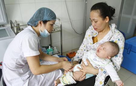 Các bà mẹ cần lưu ý thời gian tiêm chủng cho trẻ