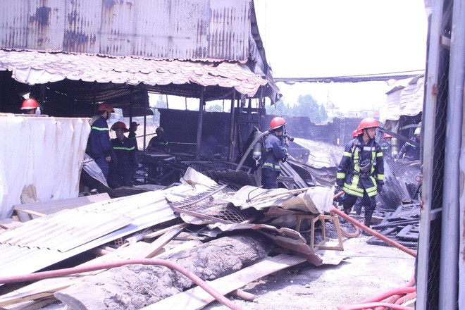 TP HCM: Xảy ra hỏa hoạn thiêu rụi xưởng gỗ giữa trưa
