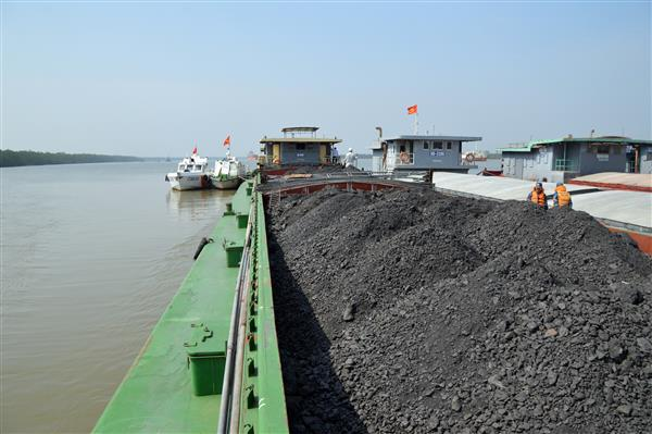 Quảng Ninh: Cảnh sát biển bắt giữ 1200 tấn than không rõ nguồn gốc
