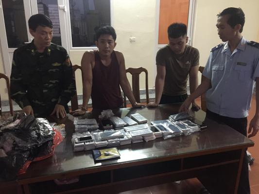 Quảng Ninh: Bắt quả tang xe tải chở 105 chiếc điện thoại thông minh nhập lậu