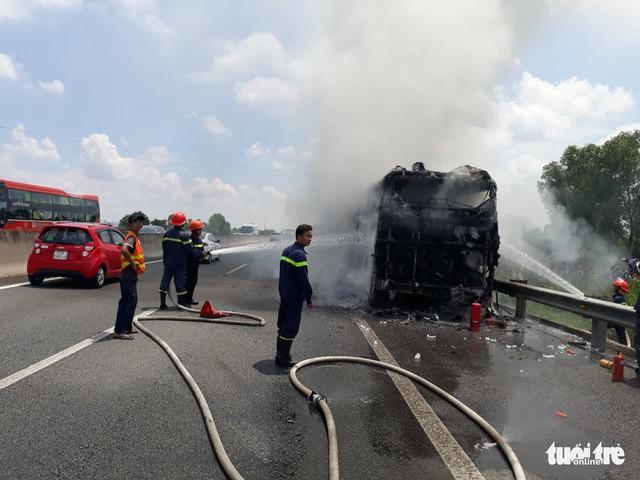 Xe khách bốc cháy trên cao tốc, hơn 20 hành khách thoát chết trong gang tấc