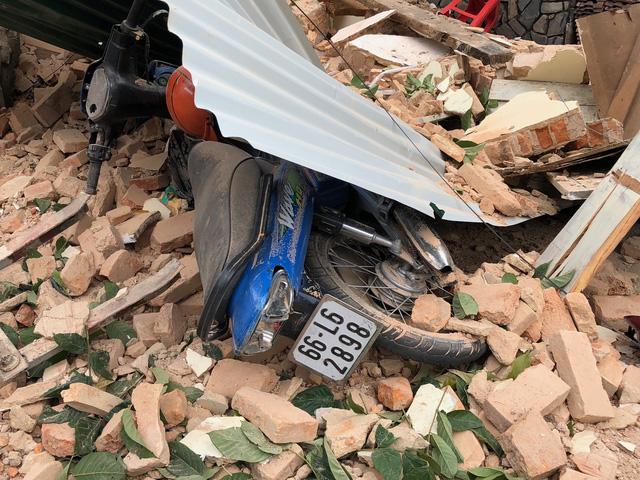 Lâm Đồng: Đang tháo dỡ căn nhà, bất ngờ bức tường đổ sập khiến 3 công nhân bị thương