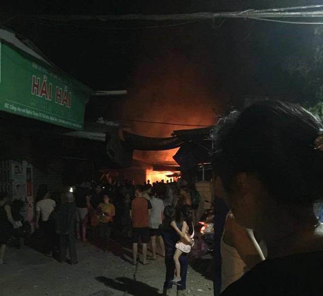 Nghệ An: Chợ cháy dữ dội trong đêm khiến nhiều ki ốt và hàng hóa bị thiêu rụi