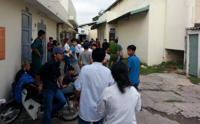Người thân cùng bạn bè tới xem công an Đồng Nai khám nghiệm hiện trường nơi Thắng bị nhóm học sinh cấp 2 đánh chết