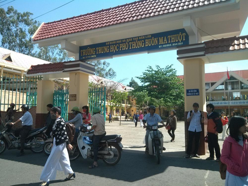 Vụ việc học sinh lớp 12 bị áp giải trong khuôn viên trường ngay trước thềm kỳ thi quốc gia 2015 khiến dư luận xôn xao