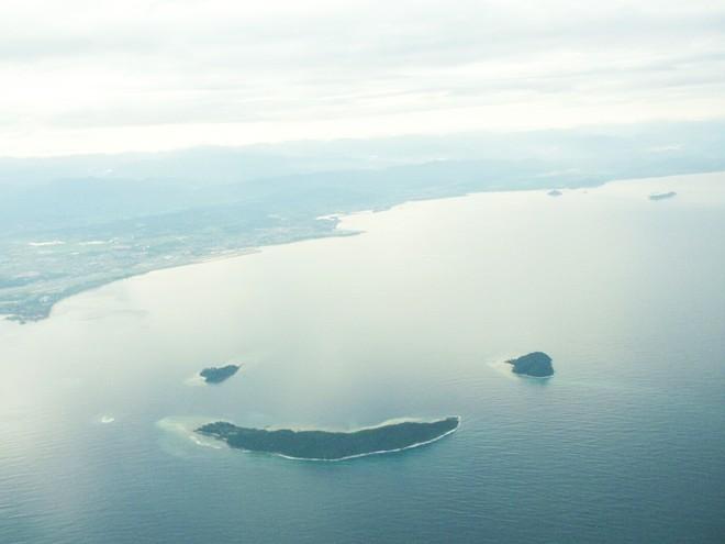 Quần đảo nụ cười, Malaysia: Các hòn đảo Manukan, Mamutick và Sulug của Malaysia hợp lại như hình một khuôn mặt đang mỉm cười. Ở đây có rất nhiều bãi biển và rặng san hô rất đẹp, lý tưởng cho việc lặn biển. Đây là 3 trong số 5 hòn đảo đẹp nhất thuộc công viên quốc gia Tunku Abdul Rahman, cách Kota Kinabalu từ 3-8 km