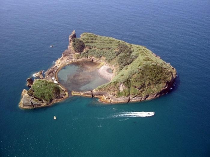 Hòn đảo đẹp nhất có hình pizza, ở Bồ Đào Nha. Nhìn từ trên cao, đảo Vila Franca do Ocampo thuộc Sao Miguel trông giống một miếng pizza với rất nhiều pepperoni ở giữa. Đây là miệng núi lửa ngập nước nối ra biển bằng những dòng kênh nhỏ