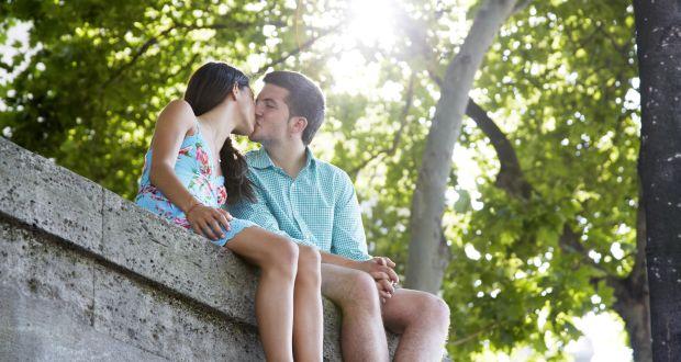 Lợi ích của nụ hôn là giúp giảm đau