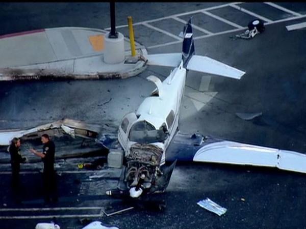 Chiếc máy bay tư nhân đã cố hạ cánh xuống sân bay Montgomery Field gần đó. Trước khi rơi xuống đất, máy bay đâm vào nóc tòa nhà, cột đèn chiếu sáng, rồi mới đâm vào bãi đỗ xe.