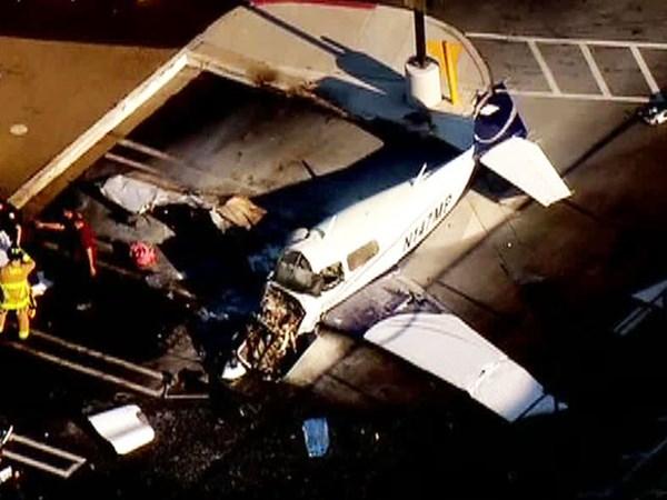 Phụ nữ thiệt mạng là khách đi máy bay. Phụ nữ khác là phi công may mắn sống sót, bị thương nặng.