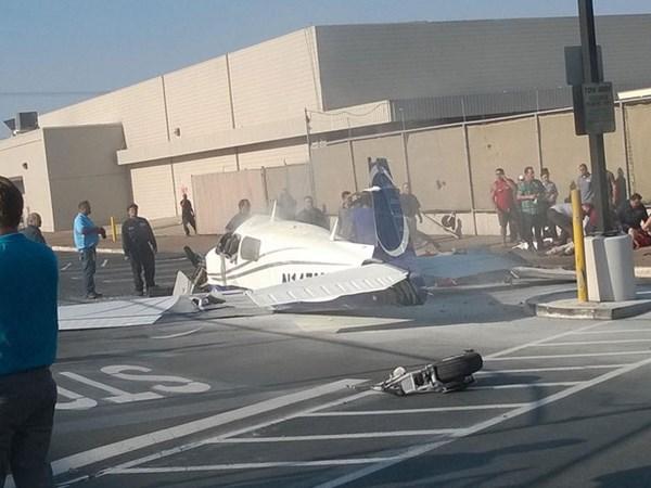 Nhiều phần của chiếc máy bay rơi khắp nơi.