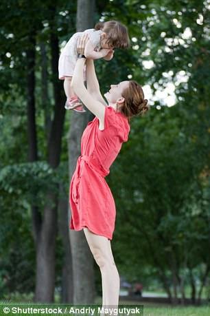 Bồng bế trẻ em không đúng cách có thể khiến người lớn bị đau xương khớp.