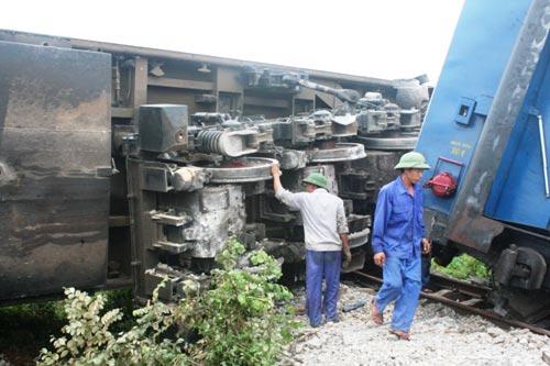 Phần đầu máy tàu hỏa bị lật nghiêng bên đường ray