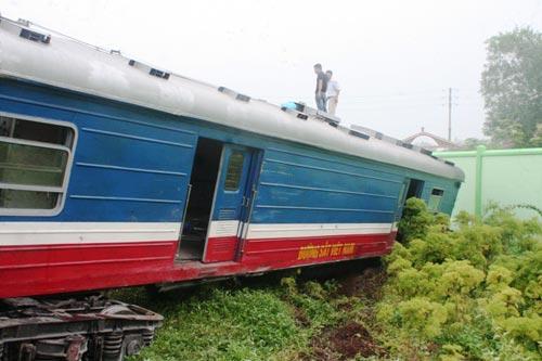 Cận cảnh đầu kéo tàu hỏa nằm ngổn ngang bên đường