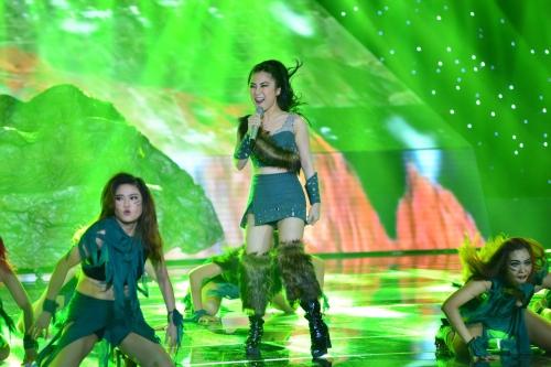 Hương Tràm 'hóa' đá trong The Remix 2016