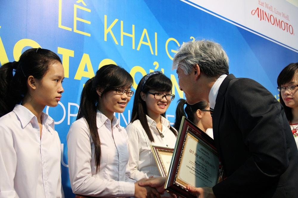 Lãnh đạo Công ty Ajinomoto Việt Nam tặng quà cho các tân sinh viên