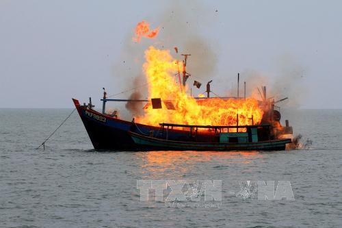 Một tàu cá Malaysia bị đánh chìm tại khu vực ngoài khơi Belawan, phía Đông đảo Sumatra, Indonesia ngày 18/8/2015